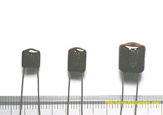 قيمة السعة: 0.001µF (مطبوعة 1n. n nano:10^-9) جهد الانهيار: 250V قيمة السعة: 0.22µF (مطبوعة u22) جهد الانهيار: 100V قيمة السعة: 2.2µF (مطبوعة 2u2) جهد الانهيار: 100V