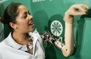 كلوديا ميتشل، أول امرأة تنال يداً روبوتية يمكن التحكم بها عبر الدماغ والأفكارا الواعية في عام 2006