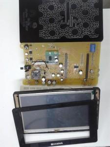 """الشكل الكامل للحاسب اللوحي """"موزاييك"""" : الأعلى هو الغلاف الخارجي للحاسب، وفي المنتصف لوحة التحكم، وفي الأسفل شاشة الإظهار الخاصة به"""