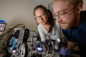 في الصورة: طالبة الدكتوراه ييمو زهاو والبروفيسور المساعد ريتشارد لانت يعملون على أحد الاختبارات المخبرية. تمكن لانت وفريقه البحثي من تطوير مادةٍ جديدة شفافة توضع فوق النوافذ وتولد الطاقة الكهربائية اعتماداً على الطاقة الشمسية.